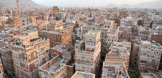 Ciudad Vieja de Sana'a, Yemen. En los s. VII-VIII fue un importante centro de propagación del Islám. El legado de su esplendoroso pasado político y religioso lo atestiguan sus 103 mezquitas, 14 casas de baños públicos y 6.000 viviendas anteriores al siglo XI. El casco histórico está falto de mantenimiento, las autoridades no tienen recursos económicos y está sufriendo un grave deterioro que puede destruirlo.