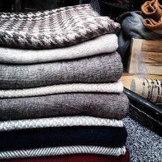Para ellos estas maravillosas bufandas 100% cashmere #scarf #ėcharpe #sciarpa #schal #cashmire #unisex #madeinindia Scarf, Cashmere, India, Unisex, How To Make, Scarves, Cashmere Wool, Goa India, Pashminas