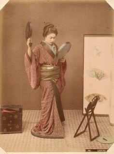 昔の日本7ー合わせ鏡で髪型をチェック。
