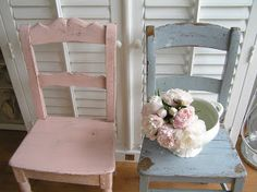 Pastel stoelen. Two pastel chairs.