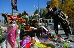 Un ancien combattant des Forces armées canadiennes rend hommage au Caporal Nathan Cirillo devant le Monument commémoratif de guerre du Canada au cours de la cérémonie de commémoration tenue à Ottawa, en Ontario, le 23 octobre 2014.
