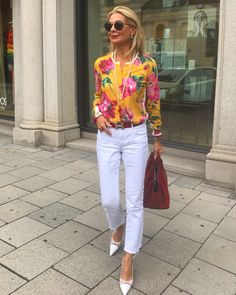 Capri Pants Outfits, Summer Pants Outfits, Mustard Yellow Outfit, Yellow Outfits, Mode Statements, Clothes For Women Over 50, Street Style Summer, Fashion Over 50, Classic Outfits