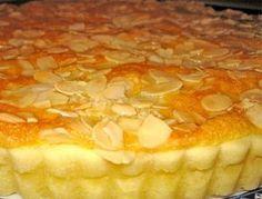 Esta tarta está formada por una masa crocante y rellena de una crema de coco cubierta con almendras fileteadas