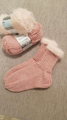 Sukat karvareunuksin. Knitted Slippers, Wool Socks, Knitting Socks, Yarn Projects, Knitting Projects, Crochet Crafts, Knit Crochet, Comfy Socks, Diy Clothes