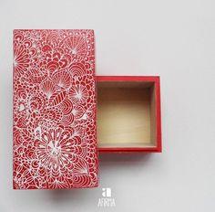 Guarda os teus tesouros! Caixa de madeira ilustrada.