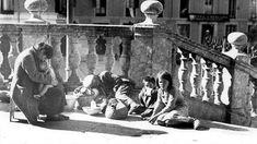 En plena Guerra Civil, un grupo de mujeres y niños hambrientos, ante el pórtico de la Catedral de Málaga, el 22 de febrero de 1937 SERRANO...