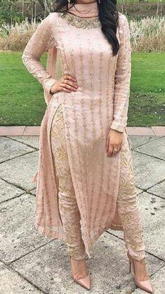 Latest Punjabi Suit Designs Punjabi Fashion, Bollywood Fashion, Indian Fashion, Ethnic Fashion, Kurti Designs Party Wear, Kurta Designs, Blouse Designs, Indian Attire, Indian Wear
