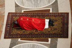 Pape François - Pope Francis - Papa Francesco - Papa Francisco - Papa Francesco prostrato a terra in S.Pietro per celebrazione Passione