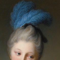 Jean Baptiste Santerre: Giovane signora che legge una lettera (forse mademoiselle Cristina-Antonietta-Carlotta Desmares). Olio su tela del 1710-17. Collezione privata. I capelli legati dietro la nuca sono gonfiati ed incipriati: sulla sommità c'è un piccolissimo cappellino piatto e due piume di struzzo azzurre, bellissime.