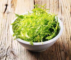 свежие листочки салатного эндивия