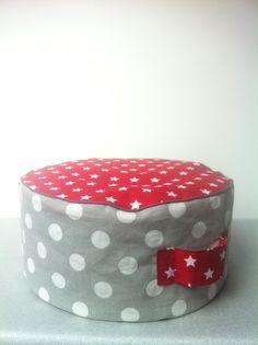 Un petit pouf pour enfant.. coton et passepoil, avec une anse pour le ballader partout dans la maison...