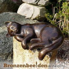 Dierenbeeld van een zonnende kat. Deze kat ligt heerlijk in de zon te genieten. #kattenbeeld #beeld kat #bronzen kat #beeld poes #tuinbeeld kat Garden Sculpture, Lion Sculpture, Statue, Outdoor Decor, Animals, Art, Kitty Cats, Porcelain, Art Background