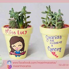 🔰📷👉 @lachogaleana 🔰#fotografia #succulove  #minijardin #botanical  #ixtapazihuatanejo #pintadoamano #regalavida  #mx🇲🇽 #homedeco #decoración #jardin #arteenmacetas  #personalizado #pedidoespecial #macetaspintadas #estanciainfantil #teacher  #maestra #miss #colorespastel  #suculentas #cactus #mexicodiseña #ideartemexico #diseñomexicano #acapulco #mexico🇲🇽#manosmx Painted Plant Pots, Painted Flower Pots, Diy Cement Planters, Decorated Flower Pots, Pallet Creations, Scrapbook Designs, Terracotta Pots, Suculentas Cactus, Clay Pots