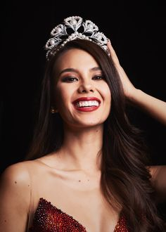 Winning over the crown from 93 gorgeous other contestants, Miss Philippines Catriona Gray was crowned the 2018 Miss Universe. Miss Philippines, Miss Universe Philippines, Miss Mundo, Miss Universe Gowns, Alena Shishkova, Grey Makeup, Filipina Beauty, Looks Black, Miss America