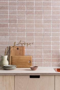 Small Kitchen Designs Splashback tiles in kitchen by Mandarin Stone - Small kitchen but still want it to be stylish and spacious-feeling? These tile design ideas will make your small kitchen feel bigger and brighter Tumbled Marble Tile, Marble Tiles, Stone Tiles, Pink Marble, Home Design, Interior Design Kitchen, Design Ideas, Kitchen Designs, Houses Architecture