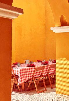 Vajilla de Carmen de ViboralJuego de opuestos: colores primarios resaltan en una casa de Cartagena Chair, Furniture, Home Decor, Bedroom, Primary Colors, Cartagena, Dining Room, Game, House Decorations
