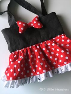 Tutorial to make a Minnie Mouse Inspired bag for a little girl. It has a polka dotted, gathered skirt, a puffy bow, and a snap closure.