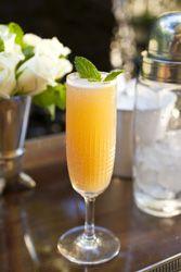 Cocktail Mimosa mélange de Champagne, de jus d'orange et de Grand Marnier un parfait cocktail de fêtes