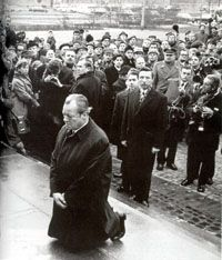 (7.12.1970), 1970, 19700712, willy brandt, poland, Warsaw Genuflection, german chancellor, kneeling, b/w