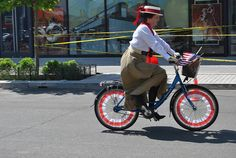 Vintage costumes for a bike ride. Women got their independence even more with the introduction of bikes - cool tribute. #halloween #costumes #themedrides Tour de Fat 2013 | Flickr - Photo Sharing!