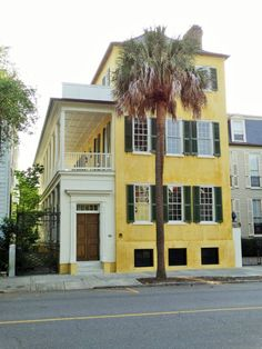 Gelbes Haus mit Palmetto-Palme in der historischen Altstadt Charleston
