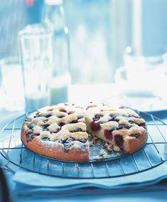 Ideální tvarohový koláč je šťavnatý a zároveň lehký. Hrst mražených malin, ostružin nebo borůvek, které jsou v obchodech běžně k mání, mu jedině prospěje...