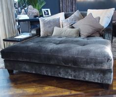 Huge chaise lounge in velvet! Hooooly toledo, the comfort! My Living Room, Home And Living, Living Room Decor, Modern Living, Oversized Chaise Lounge, Lounge Couch, Oversized Chair, Couches, Velvet Sofa
