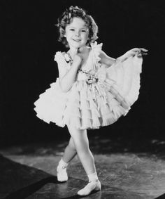 My mom used to love shirley temple movies. Now my baby girl loves Shirley temple too. Vintage Hollywood, Hollywood Glamour, Classic Hollywood, Temple Movie, Jon Stewart, Actrices Hollywood, Celebrity Kids, Robin Williams, Celebs