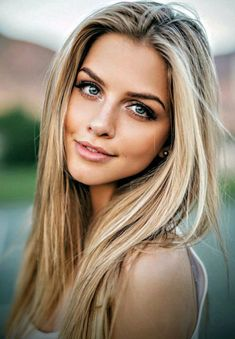 Best hair color blonde with black eyebrows Ideas Brown Blonde Hair, Blonde Hair Black Eyebrows, Girls With Blonde Hair, Blond Medium Length Hair, Blonde Hair With Dark Roots, Shoulder Length Hair Blonde, Pretty Blonde Hair, Gorgeous Blonde, Girl Hair