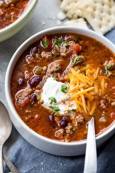 Rich and hearty homemade Beef Chili Recipe loaded with vegetables and beans is comfort food at its greatest! This (under chili recipe is going to become your go-to recipe for cooler weather. Chili Recipe Video, Beef Chili Recipe, Chilli Recipes, Soup Recipes, Dinner Recipes, Healthy Recipes, Recipe Videos, Homemade Chili Recipe With Kidney Beans, Best Hearty Chili Recipe