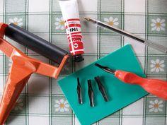 Tutorial Italiano - Vi occorre: fogli di ADIGRAF ( si chiama proprio così); sgorbie da incisione; trincetto, colori a tempera o per stoffa a seconda dell'idea che avete; un piccolo rullo per stendere il colore; carta; una penna normalissima.  http://miciobigio.blogspot.it/2009/04/timbri-fai-da-te.html