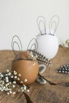 DIY Easter Bunny Eggs Using just a few pieces of wire, make detachable wire bunny ears for your Easter eggs. For the some of the best Easter DIYs go here. You can find the DIY Easter Bunny Egg Tutorial from ZWO: STE here. Easter Bunny Eggs, Hoppy Easter, Bunnies, Easter Table, Easter Party, Spring Decoration, Easter Traditions, Holiday Traditions, Diy Ostern