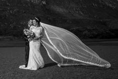 Gersiele com seu lindo vestido de noiva, segurando o seu buquê, seu voando e sendo abraçada por Weverton