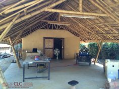 Panyaden School Workshop represents modern and functional earth and bamboo architecture. Highly functional space using bamboo and earth. Bamboo Roof, Bamboo House, Bamboo Building, Weather Storm, Bamboo Structure, Bamboo Construction, Bamboo Architecture, Space Frame, Modern Farmhouse Design
