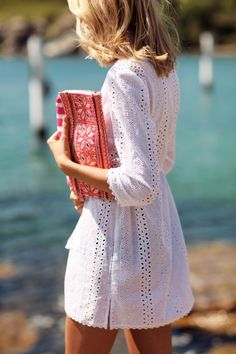 white eyelet dress and bright patterned clutch Looks Party, White Eyelet Dress, White Lace, Eyelet Lace, Estilo Cool, Feminine Tomboy, Romantic Lace, Street Style, The Dress
