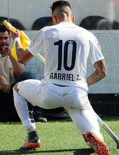 """O jornal inglês The Sun aponta o """"novo Neymar"""". Ele é brasileiro e é do Santos. A publicação exaltou o atacante Gabigol e alerta que clubes europeus estão monitorando o jogador. O T…"""