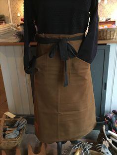 Forklæde, dobbelt kanvas. Fås i klassisk brun eller flaskegrøn #forklæde #apron #lanefortyfive #forklæde