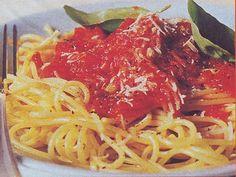 Spaghetti alla salsa di pomodoro - Scottate i pomodori per pochi minuti in abbondante acqua salata, scolateli, eliminate i semi, tagliateli a pezzetti.  In un tegame fate colorire in due cucchiai d'olio la cipolla tritata e lo spicchio d'aglio.  Unite i pomodori, togliete l'aglio, aggiungete lo zucchero, il sale, il pepe.  Portate il sugo a cottura.  Lessate gli spaghetti, scolateli e conditeli con la salsa.  Profumate con basilico e formaggio.  Se invece di... continua su www.treschef.com