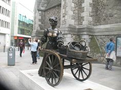 Statue of Molly Malone and her cart on Suffolk Street, Dublin.