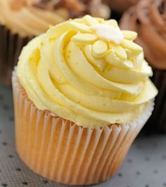 Discover how to make lovely lemon chiffon cupcakes. The recipe is so easy. You just have to blend the ingredients together and bake them. The frosting is also very simple to make and to use. Lemon Desserts, Lemon Recipes, Köstliche Desserts, Baking Recipes, Delicious Desserts, Lemon Cupcakes, Baking Cupcakes, Yummy Cupcakes, Cupcake Cakes