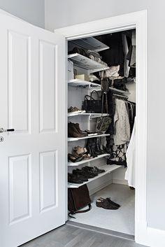 Walk In Closet Inspiration, Garderobe Design, Hanging Clothes, Clever Design, Closet Space, Closet Organization, Dressing Room, Closets, Home Remodeling