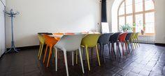 Sala multimedialna w Kamienicy Szołyskich. trend kolorowe krzesła