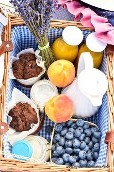 Breakfast Picnic, Breakfast On The Beach, Breakfast Basket, Yogurt Breakfast, Breakfast Ideas, Bistro Kitchen, Wicker Picnic Basket, Homemade Muffins, Continental Breakfast