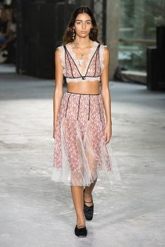 See all the Collection photos from Giambattista Valli Spring/Summer 2018 Ready-To-Wear now on British Vogue Elegant Midi Dresses, High Fashion Dresses, Fashion Outfits, Summer Fashion For Teens, Spring Summer Fashion, Fashion Week, Runway Fashion, Street Style Summer, Giambattista Valli
