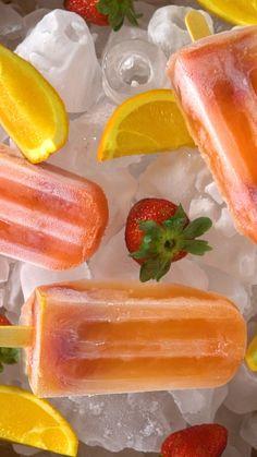 Esse picolé de frutas é lindo e delicioso!   Salve essa receita no nosso aplicativo: http://link.tastemade.com/HE7m/PAY8H1x2mA