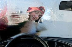 Que faire pour éviter d'avoir un pare-brise gelé ? Le froid est là, et tous les matins la question se pose : « Mes pare-brises de voiture vont-ils être gelés ? ». Il vaut mieux consulter la météo pour pouvoir anticiper ! Il existe de nombreuses méthodes connues antigel (carton, raclette, etc.). Découvrez ces 5 astuces naturelles contre le gel des pare-brises !
