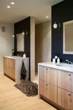 2 muurtjes (1 voor wastafel en 1 voor een bad) en erachter links de sauna en rechts de douche