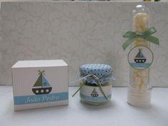 Lembrancinha de maternidade. Caixinha com potinho de brigadeiro para os adultos e tubete com balinhas para as crianças.
