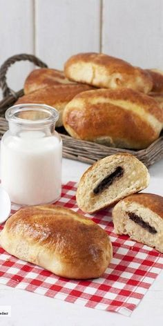 Panecillos de leche al vapor con chocolate. I am sure I can do this without TM. Thermomix Bread, Thermomix Desserts, Chocolate Thermomix, My Recipes, Sweet Recipes, Favorite Recipes, Best Cooker, Slow Cooker, Healthy Biscuits