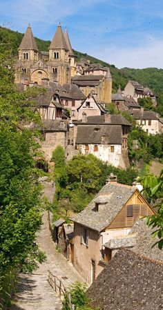 This village looks like the setting of the new Beauty & the Beast movie! 🎥🥀 High in the hills in southern France ~ is the pictursque little village of Conques in the department of Aveyron. Places Around The World, Oh The Places You'll Go, Places To Travel, Places To Visit, Around The Worlds, Sainte Foy De Conques, Vila Medieval, Wonderful Places, Beautiful Places